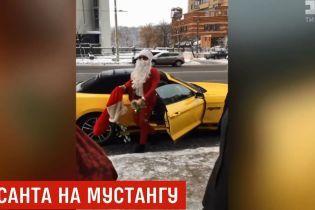 У Києві Санта-Клаус на кабріолеті пригощав перехожих цукерками
