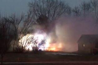 В США самолет упал на жилые дома, есть жертвы