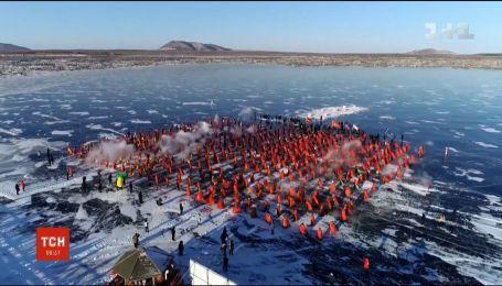 У Китаї студенти влаштували перегони на човнах-драконах
