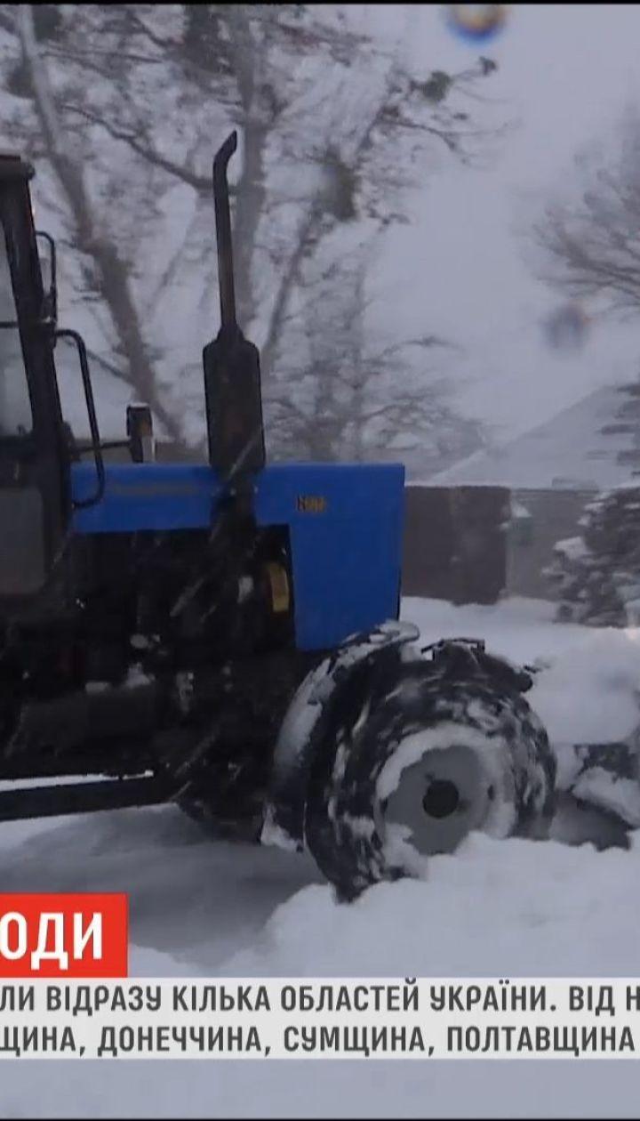 Из-за снегопада закрывают дороги в Центральных и Восточных областях Украины