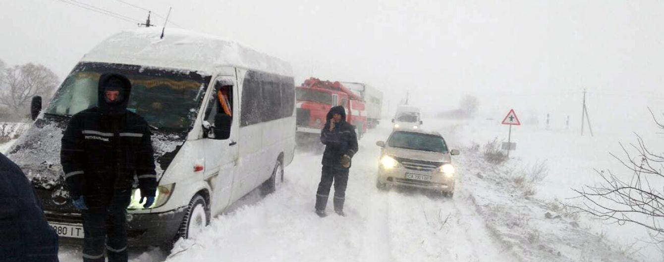 На пяти дорогах Украины ограничено движение из-за погодных условий. Список