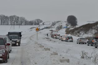 В Україні відкрили траси для вантажівок. Яким областям загрожують дорожні замети