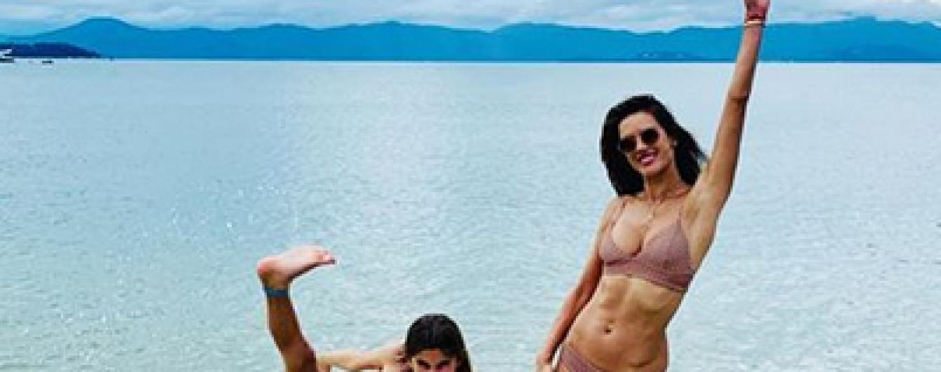 Моделі на відпочинку: Алессандра Амбросіо пустувала з донькою на пляжі