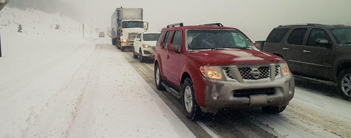 Машина застряла на заснеженной дороге: важные советы водителю