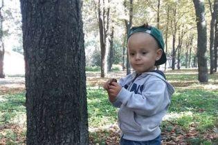 800 тисяч гривень збирають батьки Філіпа, щоб подарувати дитині слух