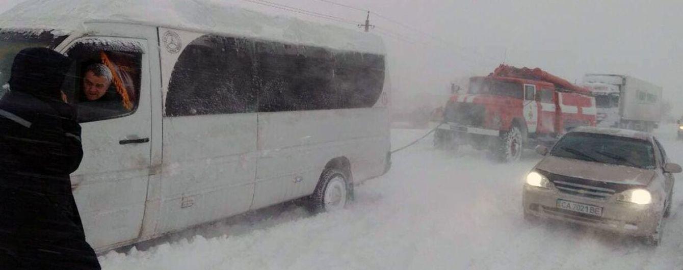 Сніговий полон. На Запоріжжі зняли усі обмеження на рух транспорту – негода суне на південь країни