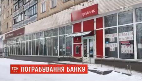 На Днепропетровщине разыскивают злоумышленника, который ограбил банк и ранил кассиршу