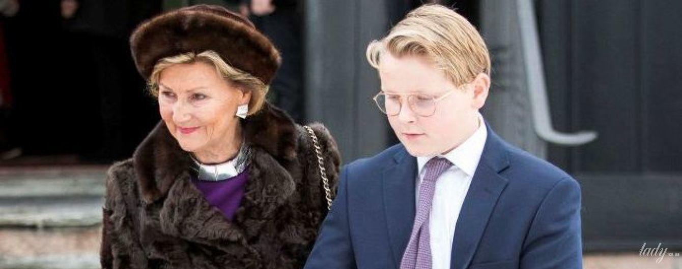 В шубе и меховой шапке: королева Соня с внуком сходила на праздничную службу
