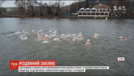 Рождественский заплыв: 400 пловцов со всего мира переплыли реку Влтава в Праге