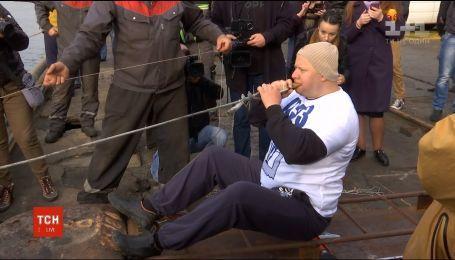 Украинцу, который зубами передвинул судно весом более 600 тонн, вручат диплом Книги рекордов Гиннеса
