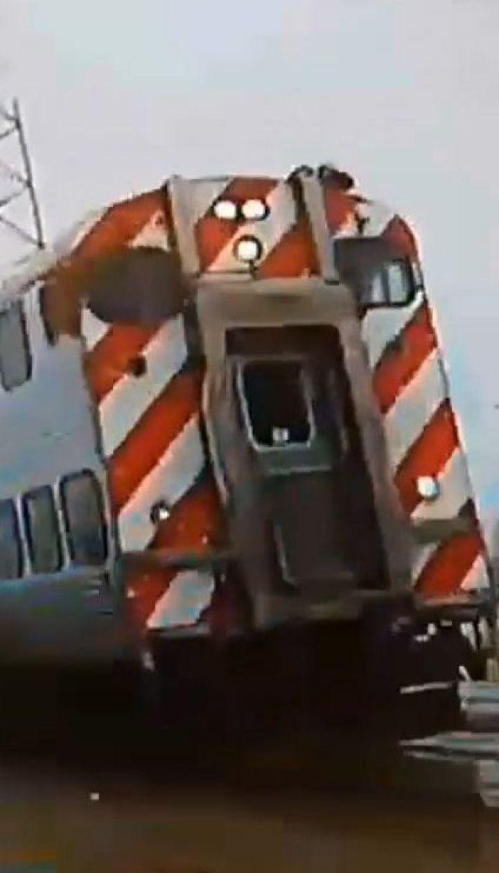 У США поліцейське авто дивом розминулося з поїздом на переїзді