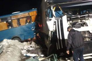 На Київщині дві маршрутки зіткнулися з вантажівками, 15 осіб постраждали