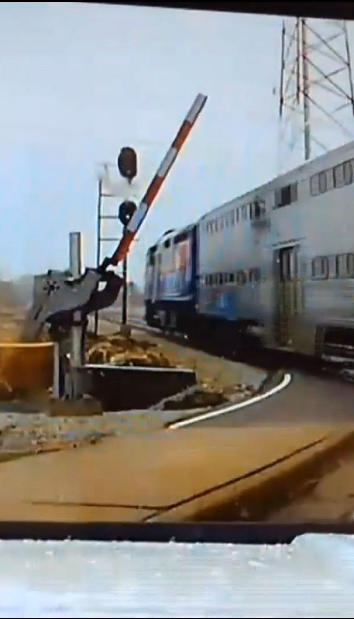 Невероятное везение: в США полицейский развернул свой автомобиль на переезде прямо перед поездом