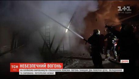 Рятувальники усю ніч боролися із пожежею на олійному виробництві у Дніпрі