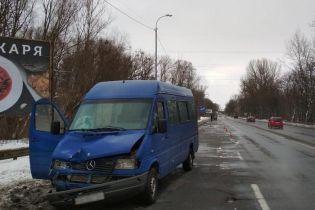 У Чернігові одна маршрутка збила пенсіонера, а наступна - переїхала його