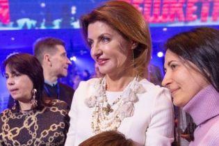 Такой мы ее еще не видели: Марина Порошенко вышла в свет в белом платье и на шпильках