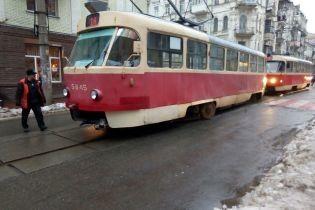 На столичном Подоле трамвай сошел с рельс