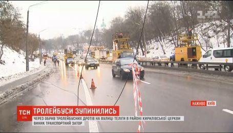 На столичній вулиці Олени Теліги майстри лагодять обірвані тролейбусні дроти