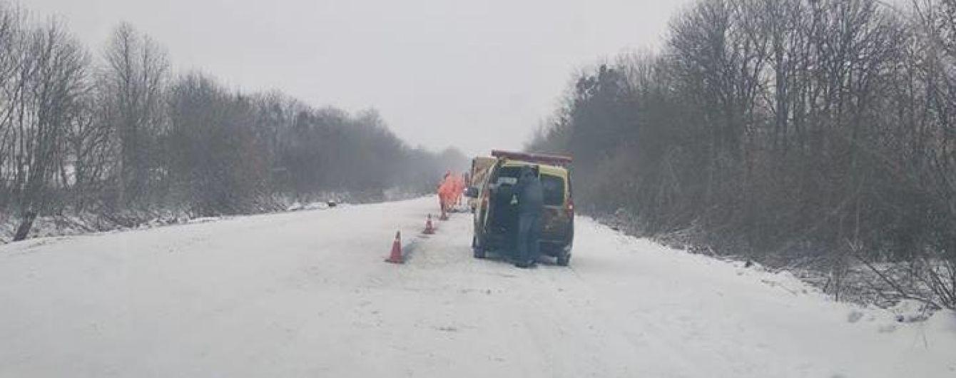 Возле Умани дорожники нанесли разметку прямо на снег