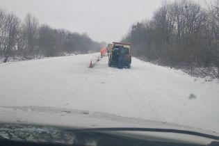 Біля Умані дорожники нанесли розмітку просто на сніг