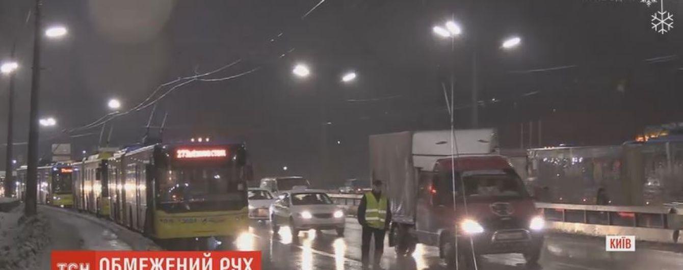 Аварийным бригадам потребовалось 5 часов, чтобы восстановить оборванные троллейбусные провода в Киеве