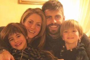 Счастливы вместе: Шакира и Жерар Пике с сыновьями поздравили всех с Рождеством