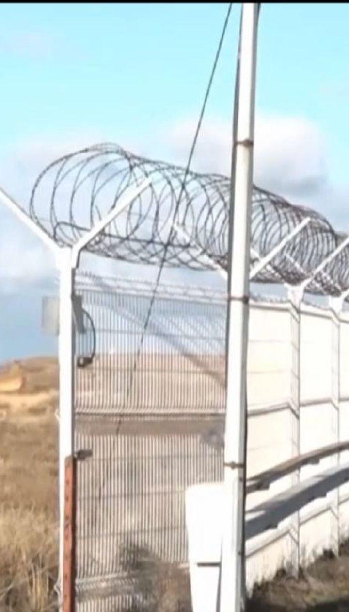 Російські окупанти добудували 60-кілометровий паркан на кордоні між Україною і Кримом