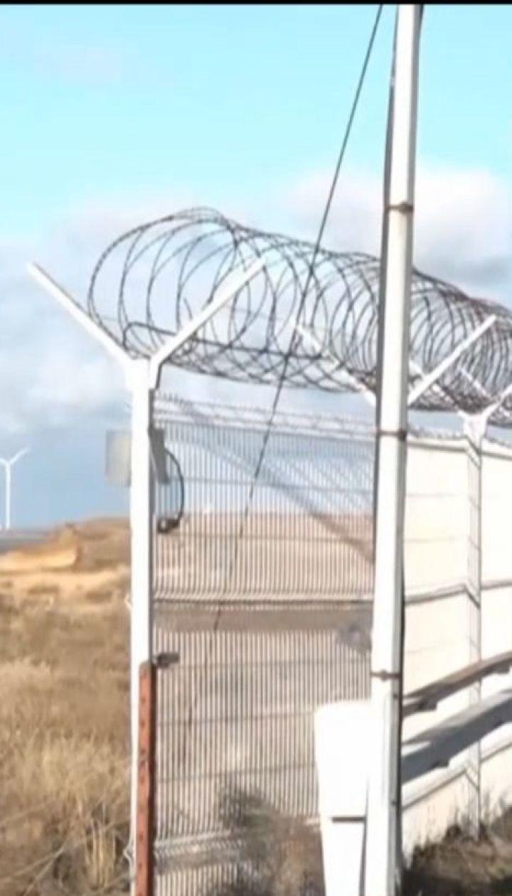 Российские оккупанты достроили 60-километровый забор на границе между Украиной и Крымом