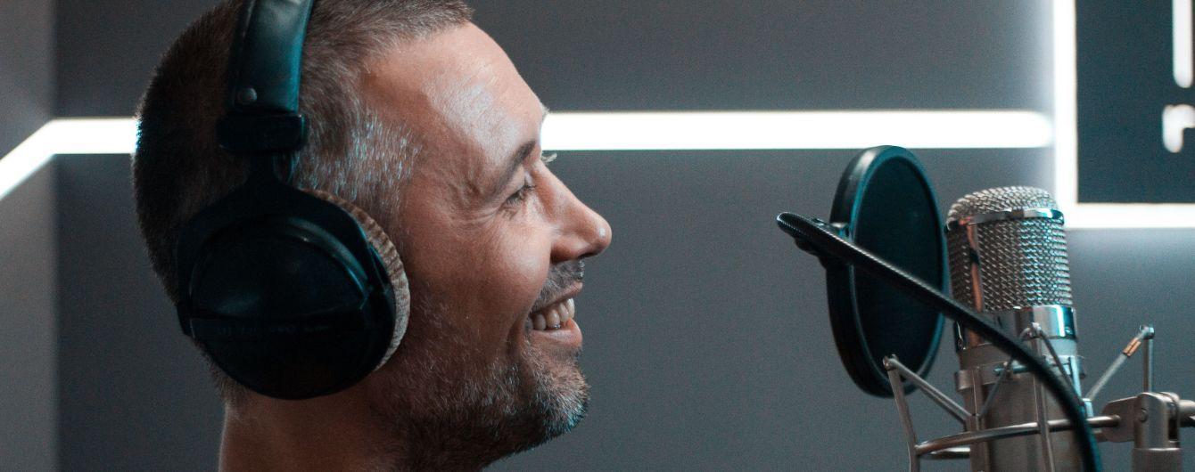 Сергей Бабкин посветил обнаженным прокаченным торсом в студии звукозаписи