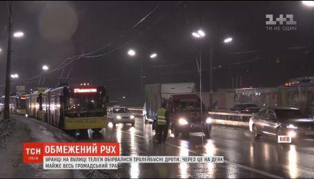 На улице Телиги в Киеве произошел обрыв троллейбусных проводов