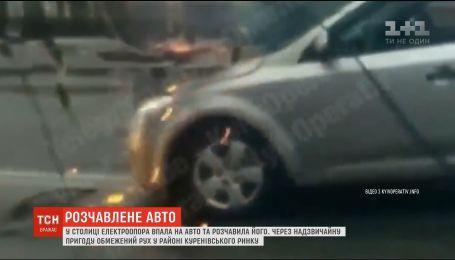 На околиці Києва електроопора розтрощила автомобіль