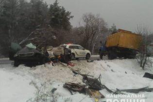 На Київщині легковик влетів у вантажівку. Три людини загинуло