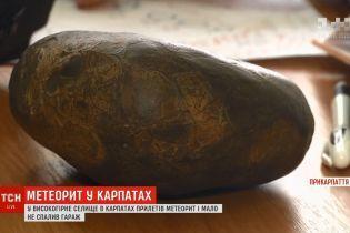 """""""Це як спалах був"""": у Карпатах на гараж селянина впав метеорит"""