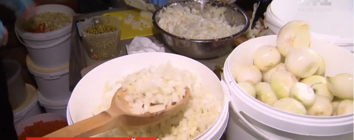 Новогодний салат для воинов. Киевляне готовят четыре тонны оливье для бойцов на передовой