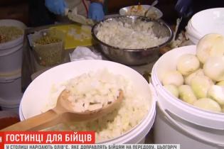 Новорічний салат для воїнів. Кияни готують чотири тонни олів'є для бійців на передовій