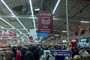 """""""Хроники зубожиння"""". Очевидцы публикуют фото масштабных очередей в киевских супермаркетах"""