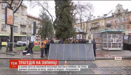 Во Львове автомобиль на иностранной регистрации влетел в остановку