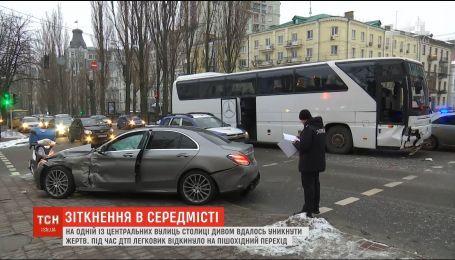 У середмісті столиці автобус на регульованому перехресті зіткнувся з легковиком