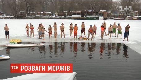 Танці на морозі: у столичному парку влаштували передсвяткове загартовування