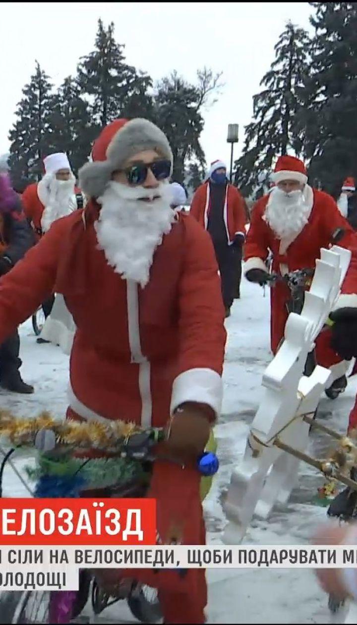 В Запорожье полсотни Дедов Морозов устроили новогодний велозаезд