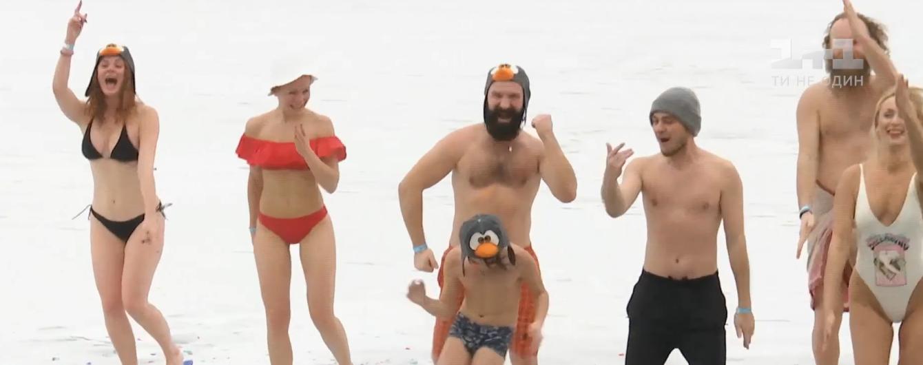В Киеве десятки людей прыгали в прорубь и танцевали на льду в купальниках