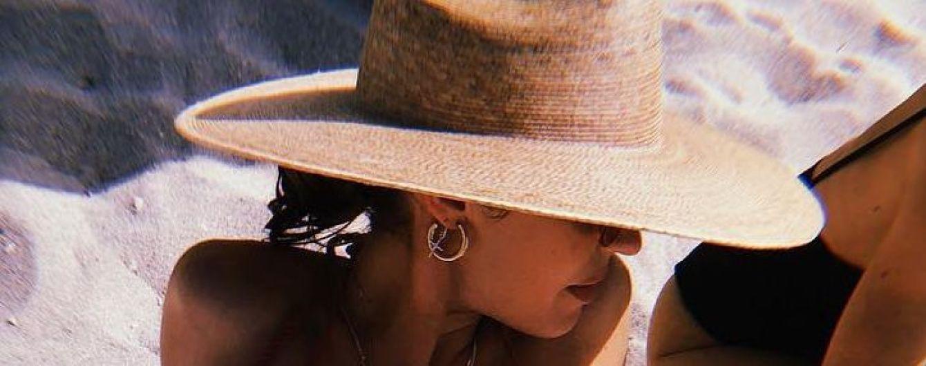 Время отдыхать: Кэндис Свэйнпоул в красном бикини нежится на пляже
