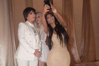 В золотом мини-платье: Ким Кардашьян выбрала для праздника откровенный наряд