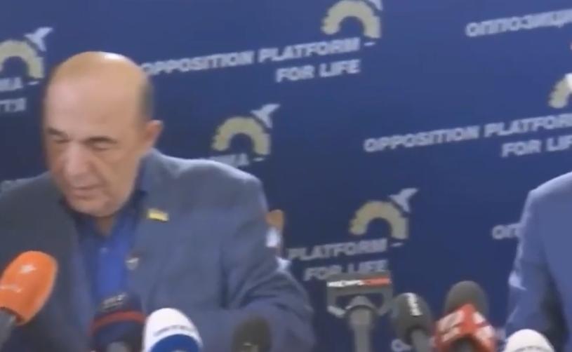 Вадим Рабінович і значок у вигляді прапора