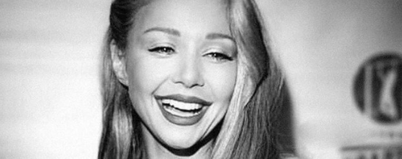 С откровенным декольте и красивой улыбкой: Тина Кароль поделилась новым снимком