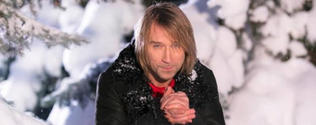 Замерзший Олег Винник позировал среди заснеженный елок