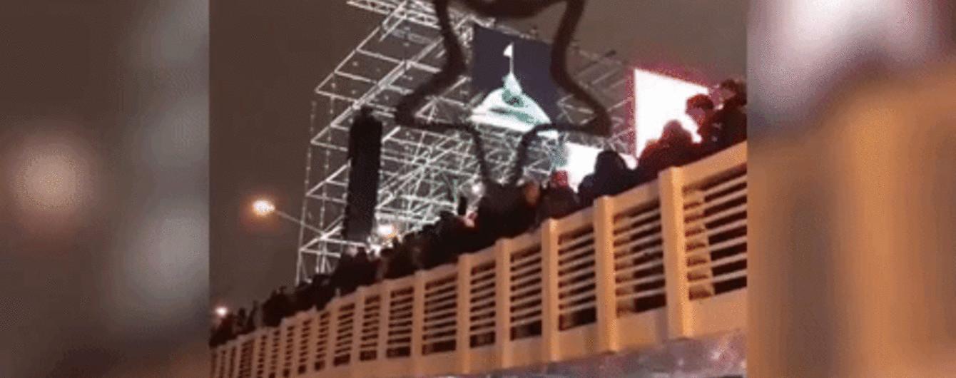 У Москві під час новорічних гулянь обвалився міст з людьми: з'явилося відео