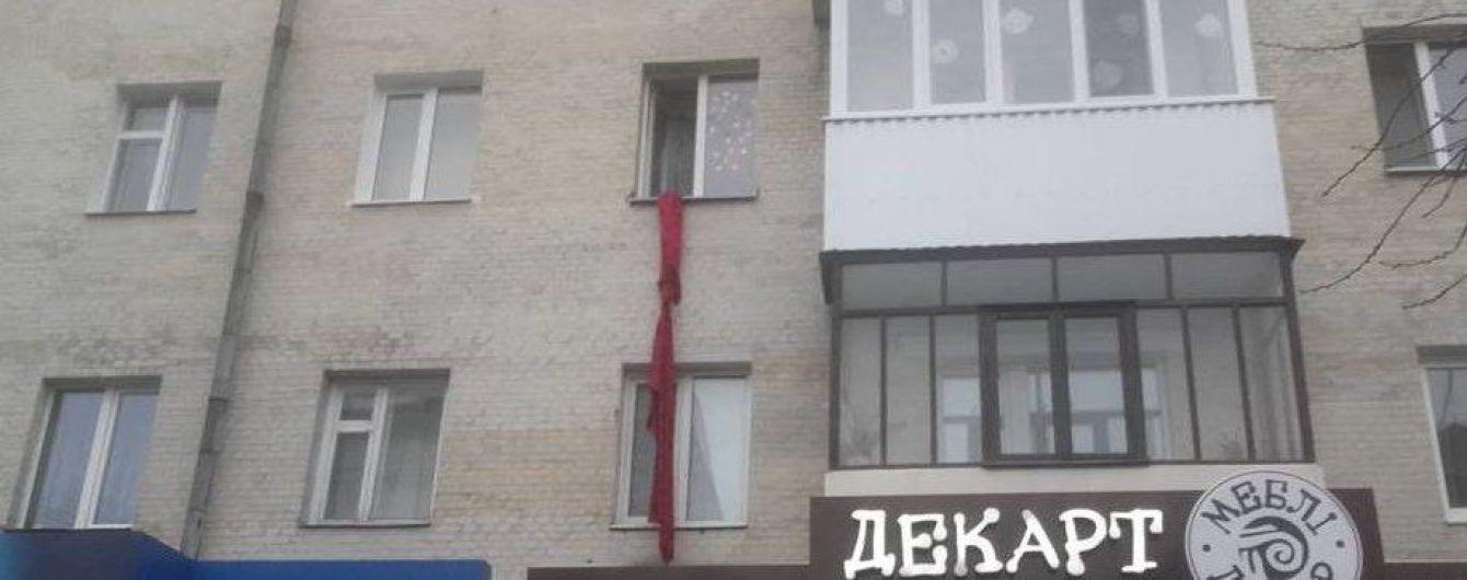 В Луцке женщина вылезла из квартиры через окно и сорвалась с импровизированного каната