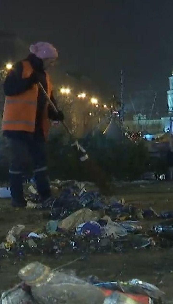 Понад сто тонн сміття прибрали комунальники після святкувань у центрі столиці