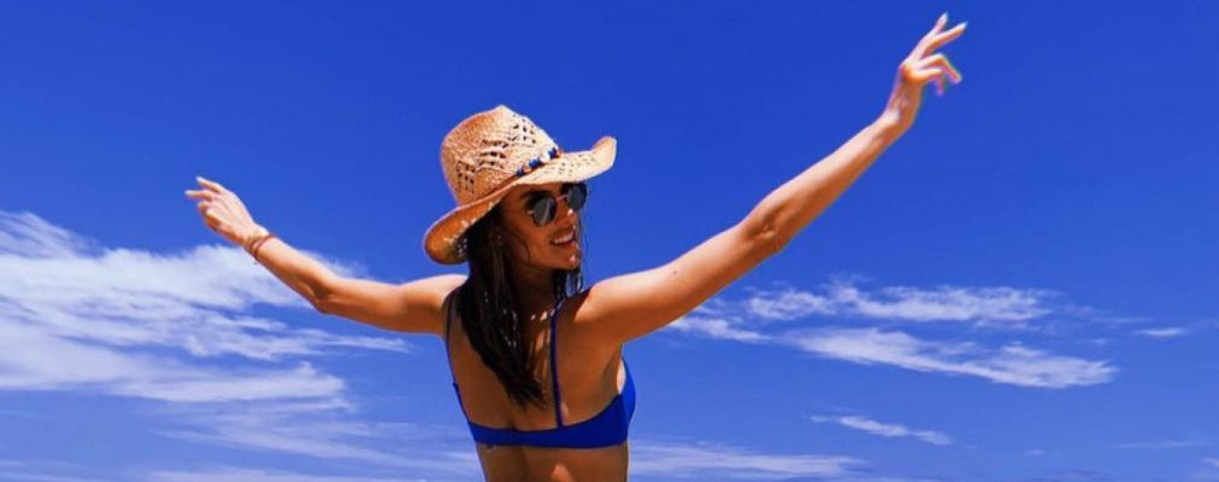 Любить пляжний відпочинок: Алессандра Амбросіо хизується фігурою в нових бікіні